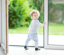 child_kid_glass_door_Dollarphotoclub_59174559